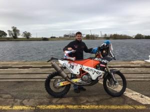Mani Gyenes si motocicleta pentru Dakar 2018 in portul Le Havre inainte sa fie imbarcata pentru transportul catre Peru